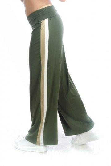 Χακί παντελόνα με διλή ρίγα στο πλάι σε χρυσό και λευκό χρώμα.