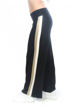 Μαύρη παντελόνα με διλή ρίγα στο πλάι σε χρυσό και λευκό χρώμα.