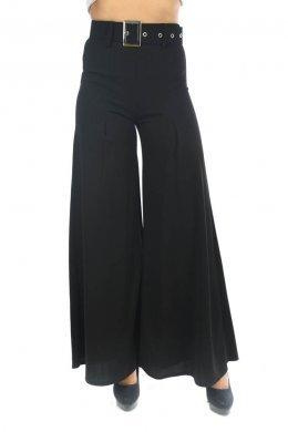 Μαύρη παντελόνα καμπάνα με ζώνη με αγκράφα στη μέση.