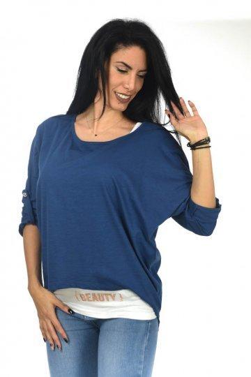 """Μπλούζα διπλή μακρυμάνικη δίχρωμη με τύπωμα """"Beauty"""" στο τελείωμα. Δύο ξεχωριστά μπλουζάκια, η εσωτερική μπλούζα είναι τύπου basic με αθλητική πλάτη, μακριά, σε λευκό χρώμα και στο κάτω μέρος έχει τύπωμα """"Beauty"""". Μόνο στο λευκό χρώμα το εσωτερικό μπλουζακι είναι μαύρο ώστε να κάνει αντίθεση. Το εξωτερικό μπλουζάκι είναι μονόχρωμο, φαρδύ, με ασύμμετρο τελείωμα και μακριά μανικάκια. Τα μανικάκια διαθέτουν κουμπί, ώστε να μπορούν να φορεθούν και γυρισμένα. Προτείνουμε να φορέσεις το μπλουζάκι και με τον έναν ώμο έξω. Το μήκος του είναι μακρύ, μέχρι αρκετά κάτω από τη μέση και το ύφασμά του έχει αρκετά μεγάλη ελαστικότητα. Χαλαρό ρούχο που μπορείς να φορέσεις και για τη γυμναστική σου.Ένα ρούχο που σου δίνει τη δυνατοτητα να το φορέσεις είτε όπως στη φωτογραφία, είτε σαν δύο ξεχωριστά μπλουζάκια. Φόρεσέ το με εφαρμοστό τζιν παντελόνι, λευκό αθλητικόκαι ένα δερμάτινο πανωφόριγια ένα καθημερινό καφέ ή με μονόχρωμοκολάν στο γυμναστήριο. Το ύφασμά του είναι κατά 100% cotton. Είναι onesize αλλά έχει πολύ άνετη γραμμή με ελαστικότητα. Καλύπτει και πιο μεγάλα νουμεράκια έως και large. Το μοντέλο της φωτογραφίας έχει ύψος 1.72. Δύο μπλουζάκια σε ένα. Σε επτά χρώματα.Τα πιο ωραία καθημερινά μπλουζάκια μόνο στοeshop μας!"""