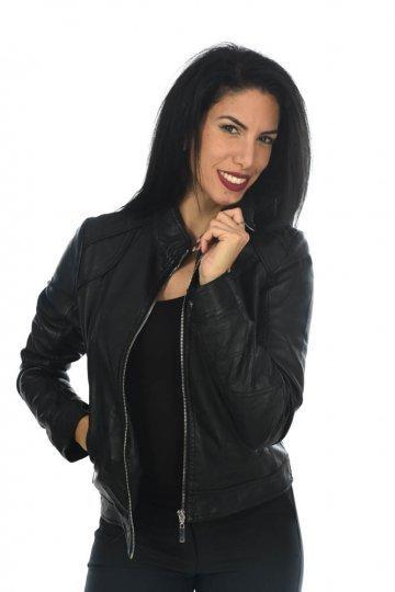Μαύρο δερμάτινο jacket με λεπτομέρειες στους ώμους και τσέπες, κοντό.