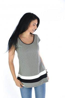 3bfc5dab712b Ριγέ μπλούζα τύπου τρίχρωμη με δέσιμο στη πλάτη και μεγάλο άνοιγμα. Είναι  κλασσική κοντομάνικη μπλούζα
