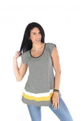 Ριγέ μπλούζα τύπου τρίχρωμη με δέσιμο στη πλάτη και μεγάλο άνοιγμα. Είναι κλασσική κοντομάνικη μπλούζα με σχετικά μεγάλο χαμόγελο χαμόγελο στη λαιμόκοψη και έχει άνετη, ριχτή γραμμή. Επίσης διαθέτει πολύ εντυπωσιακή πλάτη με μεγάλο άνοιγμα χαμόγελο και δέσιμο ψηλά στο σβέρκο. Το σχέδιο της κάνει τύπου τρίχρωμο, με δύο χοντρές ρίγες στη μέση, μία λευκή και μία σε άλλο χρώμα. Το ύφασμά της είναι πολύ ελαστικό και παίρνει τη γραμμή της σιλουέτας σου, χωρίς να είναι κολλητό-στενό. Η γραμμή της είναι σχετικά φαρδιά αλλά παρόλα αυτά είναι ιδιαίτερα κομψή. Ένα πολύ απλό casual γυναικείο ρούχο που θα λατρέψεις να σετάρεις με όλα τα ρούχα της γκαρνταρόμπας σου! Προτείνουμε να τη φορέσεις στενό blue τζιν και sneakers για μία καθημερινή βόλτα ή με κολάν και αθλητικά στο γυμναστήριο! Το ύφασμά του είναι κατά 92% viscose και κατά 8% elastan. Είναι onesize αλλά η γραμμή του καλύπτει από small έως και large. Το μοντέλο της φωτογραφίας έχει ύψος 1.75. Μία μπλούζα σχετικά φαρδιά, με άνετη εφαρμογή που θα λατρέψεις να φοράς, σε πέντε αγαπημένους συνδιασμούς χρωμάτων της σεζόν.Τωρα στο eshop μας θα βρεις τεραστια συλλογη απο γυναικεια μπλουζακια !