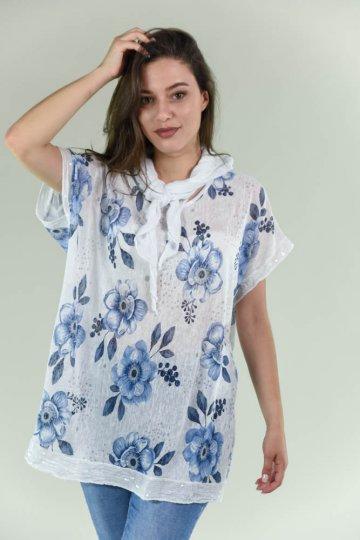 Φλοράλ φαρδιά μπλούζα με φουλάρι και πούλιες στα μανικάκια και στο τελείωμα. Ένα πολύ άνετο μπλουζάκι, χαλαρό, που δε θα βγάλεις από πάνω σου. Διαθέτει πολύ μεγάλο χαμόγελο στη λαιμόκοψη και τα μανικάκια είναι φαρδιά σχετικά κοντά. Είναι λευκό με μπλε ρουά λουλούδια σε διάφορα μεγέθη. Στο τελείωμα μπροστά και στα μανικάκια έχει τύπου τρέσα με λευκές πούλιες. Στο λαιμό διαθέτει λευκό φουλάρι του ίδιου υφάσματος. Είναι πολύ φαρδιά άνετη και στο τελείωμα κάνει ασύμμετρη με πιο μακρύ το πίσω μέρος. Το ύφασμα είναι λεπτό ανοιξιάτικο και εντελώς μονόχρωμο σε έντονες αποχρώσεις, τύπου λινό. Φόρεσέ το με ψηλόμεσο τζιν και πλατφόρμα για ένα καθημερινό καφέ! Το ύφασμά του είναι κατά 55% poliester και κατά 45% viscose. Είναι onesize αλλά έχει πολύ άνετη γραμμή με μεγάλο περιθώριο. Καλύπτει και πιο μεγάλα νουμεράκια έως και xlarge. Το μοντέλο της φωτογραφίας έχει ύψος 1.72. Μία πάρα πολύ άνετη μπλούζα που θα λατρέψεις. Σε λευκό χρώμα με ρουά λουλούδια.Στο eshop μας θα βρεις τις πιο εντυπωσιακεςγυναικειες μπλουζες, παντα στηνκαλυτερητιμη!