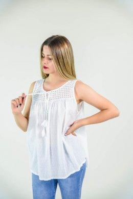 Αμάνικη μπλούζα με τρυπητές λεπτομέρειες στο μπούστο και κομπάκια